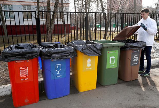 На одном из мобильных пунктов сбора мусора «Разделяй и используй»