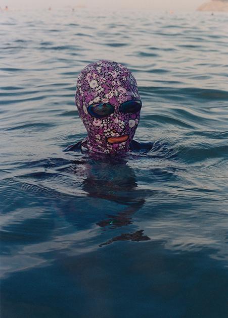 У китаянок уже несколько лет как вошли в моду фейскини. Это маска, прикрывающая голову, в ней открыты только глаза, нос и рот. Впервые была создана именно в Китае. Особенно популярна в портовом городе Циндао на востоке КНР. Маска сделана из того же материала, что большинство плавательных костюмов. Она защищает от солнечных лучей на пляже и медуз в воде. Китаянки предпочитают фейскини с ярким рисунком.