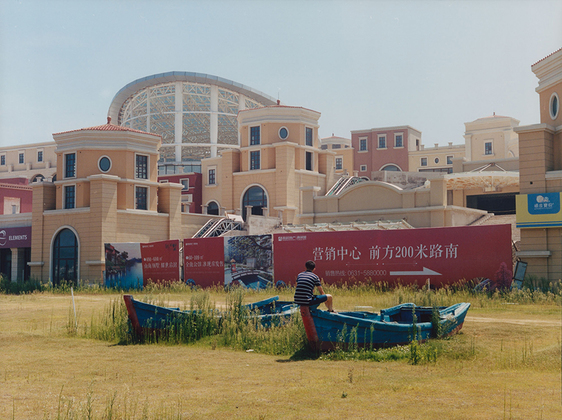 В Китае часто можно встретить стилизацию под западную архитектуру при строительстве новых коммерческих зданий. Иногда их оформляют в виде дворцов, как на снимке. Фото сделано в Вэйхае. Это городской округ на востоке КНР, расположен на прибрежной территории Желтого моря. По другую сторону находятся берега КНДР и Южной Кореи.