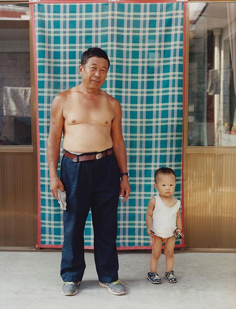 Почти во всех регионах Китая большую часть года стоит довольно жаркая погода. Поэтому появляться на улице без рубашки — широко распространенное явление. Чаще всего так поступают люди старшего и среднего возраста в вечернее время. Женщины при этом все же соблюдают определенный дресс-код — они надевают  пижамы или короткие платья.