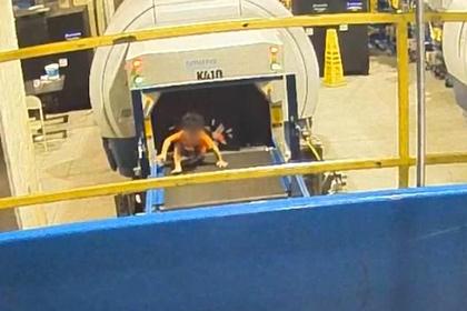 Ребенок покатался на багажной ленте в аэропорту и расшибся