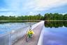 Кататься по воде — такая возможность есть у велосипедистов в бельгийском Лимбурге. Здесь в 2016 году построили велосипедную дорогу, идущую прямо через пруд заповедника Бокрейк. Прелесть 212-метровой трассы в том, что она построена с заглублением — так, что водная гладь со скользящими по ней лебедями и утками находится на уровне глаз. Дорога входит в список самых интересных мест мира по версии журнала Time.