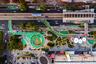 Китай известен своим размахом во всем, что касается строительства. Не осталась в стороне и велоинфраструктура: самая длинная в мире велодорожка, на зависть европейским урбанистам, находится именно здесь. Длина SkyWay — восемь километров, с нее организовано 13 развязок и съездов, с которых можно попасть на остановки автобуса или в метро. Для любителей «менять коней на переправе» на протяжении SkyWay организовано семь точек велопроката.