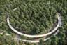 Еще один бельгийский велоаттракцион — дорожка, проложенная прямо в лесу. Трасса поднимается на десятиметровую высоту и проходит среди верхушек деревьев. Лимбург вообще сильно ориентирован на любителей покататься: в регионе действует сеть из 272 веломаршрутов.