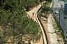 Зеленая тропа от архбюро Batlle i Roig — изящное решение городской проблемы, с которой барселонцы мирились десятилетиями: пешеходам и велосипедистам приходилось делать крюк в полтора километра, чтобы пересечь скоростное шоссе. Новый маршрут решил эту проблему да еще и создал на трассе дополнительный зеленый оазис — передышку для тех, кто устал на пути к парку Сервантеса.