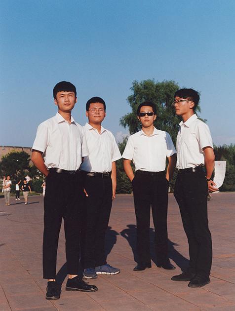 Четверо мальчиков в школьной форме готовятся к выступлениям. Вскоре они прочтут стихотворения во славу Мао Цзэдуна, создателя современного китайского государства. Период его правления известен множеством репрессий и политических кампаний, в результате которых погибли миллионы китайцев.
