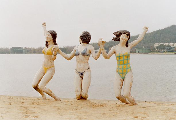 В Шанхае с 2005 года открыт для местных жителей и туристов парк скульптур. На его территории расположены горы и озеро. Внутри можно увидеть более 70 разных скульптур, которые сочетают в себе искусство и природу.