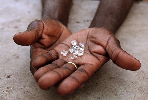 Нелегальный торговец алмазами выставляет камни на продажу в Зимбабве