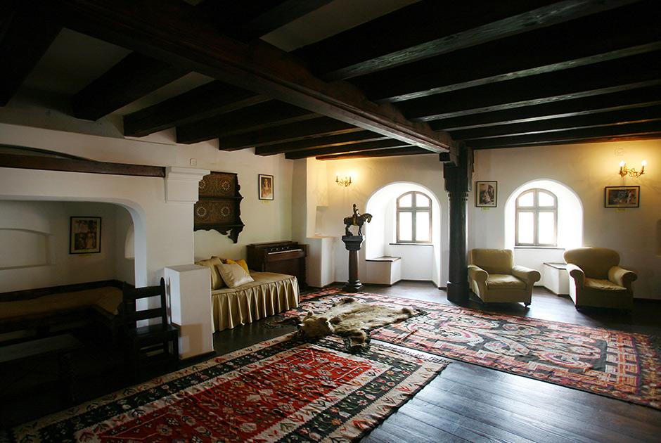 Замок расположен в Карпатах, в 200 километрах от столицы Румынии Бухареста. После падения режима Чаушеску замок вернули старым владельцам — семье Габсбургов