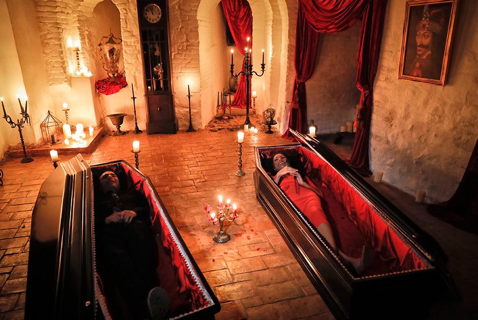 Канадские историки средневековой литературы Тами Варма и ее брат Робин стали первыми за 70 лет людьми, которые провели ночь в замке Бран. Спали они прямо в гробах
