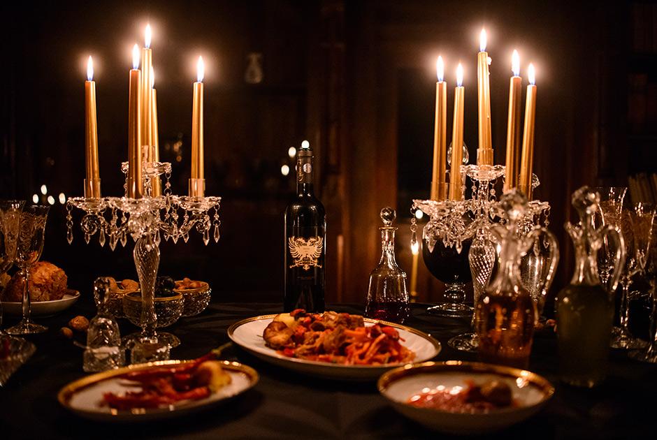 Ужин, накрытый в одном из залов замка Бран в Румынии. Сервис Airbnb в 2016 году объявил конкурс, целью которого было найти двух добровольцев, готовых провести в замке ночь на Хэллоуин