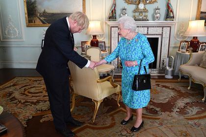 В сумке на руке Елизаветы II разглядели оскорбление