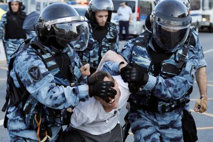 ОМОН начал задерживать протестующих на Трубной площади