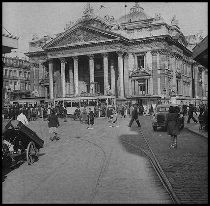 Здание биржи в Брюсселе. Бельгия, 1945 год.