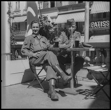 Американские солдаты в кафе. Париж, Франция, 1945 год.