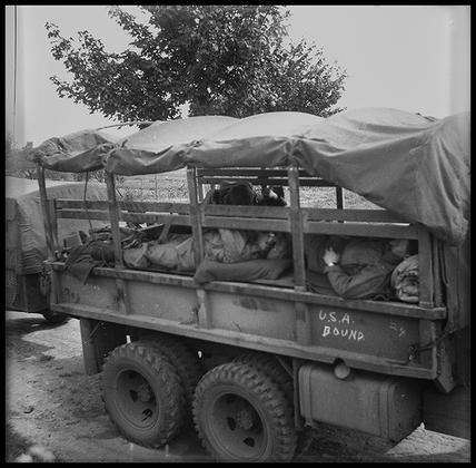Американские солдаты во время отдыха в кузове армейского грузовика. Франция, 1945 год.