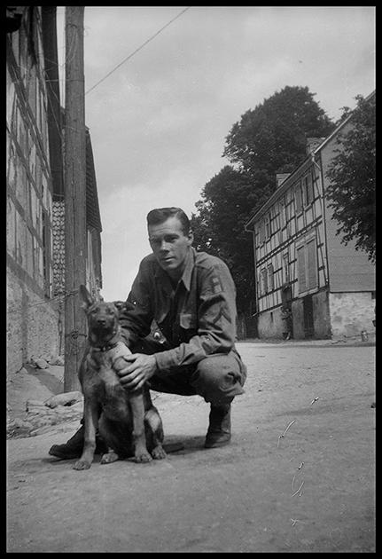 Портрет американского солдата с собакой. Германия, 1945 год.