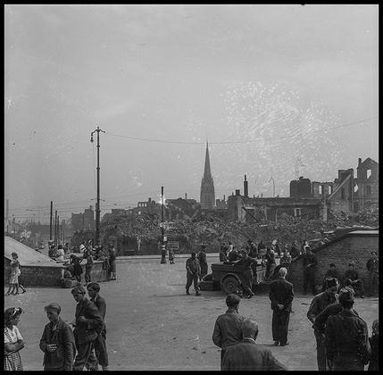 Местные жители и американские солдаты на улицах разрушенного Кельна. Германия, 1945 год.