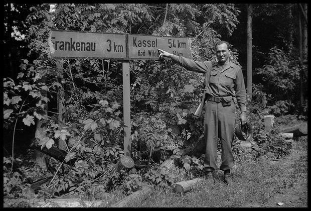 Американский солдат возле дорожного знака. Германия, 1945 год.