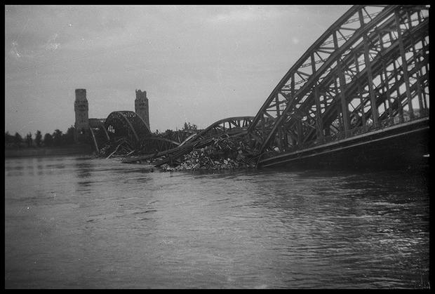 Разрушенный мост Гогенцоллернов в Кельне. Германия, 1945 год.