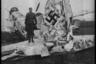 Американский солдат на фоне разбитого немецкого истребителя. Германия, 1945 год.
