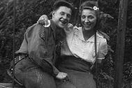 Портрет американского солдата вместе с молодой девушкой. Предположительно, Франция, 1945 год.