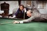 Один из самых востребованных режиссеров классического Голливуда, автор монументальной «Клеопатры» и классической «Все о Еве», Манкевич поставил точку в своей карьере довольно нетривиальным способом для человека его резюме. Плоть от плоти американец, он снял «Игру навылет» в Англии, по пьесе британского драматурга Энтони Шаффера, с двумя британскими же актерами — Лоуренсом Оливье и Майклом Кейном — в главных ролях. Что, впрочем, любопытней — так это то, что Манкевич, славившийся не в последнюю очередь умением придать кино масштабности, поставил относительно камерный триллер, в котором будто под микроскопом разглядывал особенности актерской игры Оливье и Кейна.