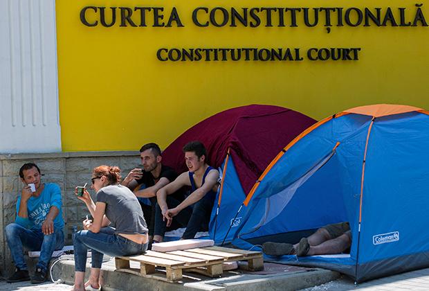 Сторонники бывшего правительства Молдавии возле Конституционного суда. Июнь 2019 года
