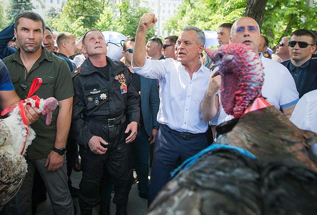 Владимир Плахотнюк (в центре в белой рубашке) требует перевыборов в парламент