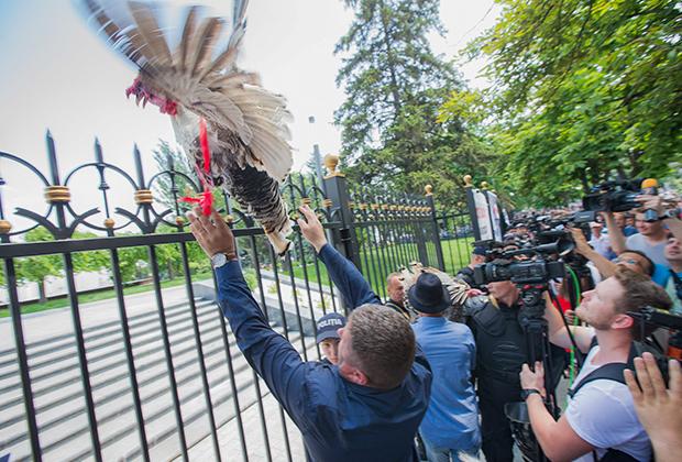 Протестующие против решения экс-премьера Павла Филипа объявить перевыборы в парламент Молдавии. Июнь 2019 года