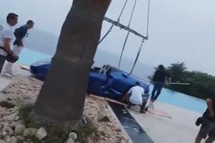Модель Playboy утопила Lamborghini в бассейне