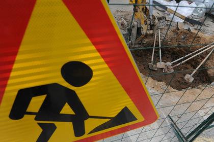 Российские коммунальщики отремонтировали улицу кусками надгробий