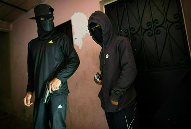 Члены банды с оружием в трущобах венесуэльской столицы Каракаса
