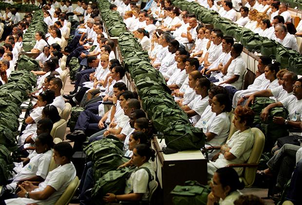 Врачи слушают речь Фиделя Кастро в Гаване, сентябрь 2005 года