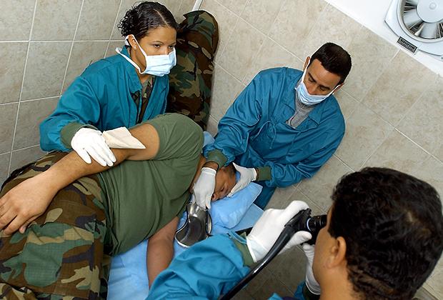 Кубинские врачи практикуют эндоскопию на венесуэльском солдате в Каракасе