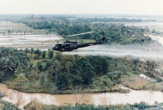 Вертолеты армии США сбрасывают препарат «агент оранж» на вьетнамские деревни