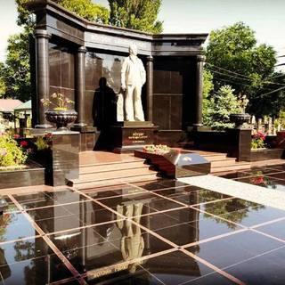 Могила вора в законе Ровшана Ленкоранского