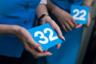 Стюардессы попросили двух юных пассажиров поучаствовать в лотерее в качестве «судей» — вытягивать карточки, одному — цифру ряда, второму — букву места.
