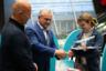 Генеральный директор аэропорта Казани Сергей Романцов и генеральный директор «Победы» Андрей Калмыков вручают подарки победительнице лотереи.