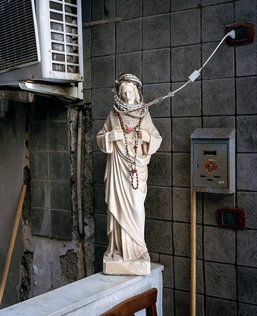 Неаполь и в XXI веке остается очень религиозным городом. Статуи Иисуса Христа или девы Марии стоят здесь буквально на каждом углу.