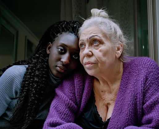 «Человеческая кожа — запись жизненной борьбы. Как царапины на виниле, появляющиеся со временем, возрастные морщины способны рассказать сказку», — объясняет свою любовь к портретам Грэгг.