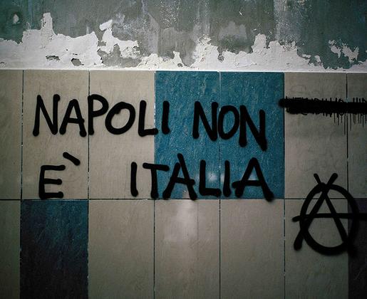 Неаполитанцы любят подчеркивать, что Неаполь — это не Италия, а вещь в себе. Долгие годы они боролись за признание неаполитанского языком, а не диалектом. Именно на неаполитанском языке исполняется знаменитая песня «O sole mio».