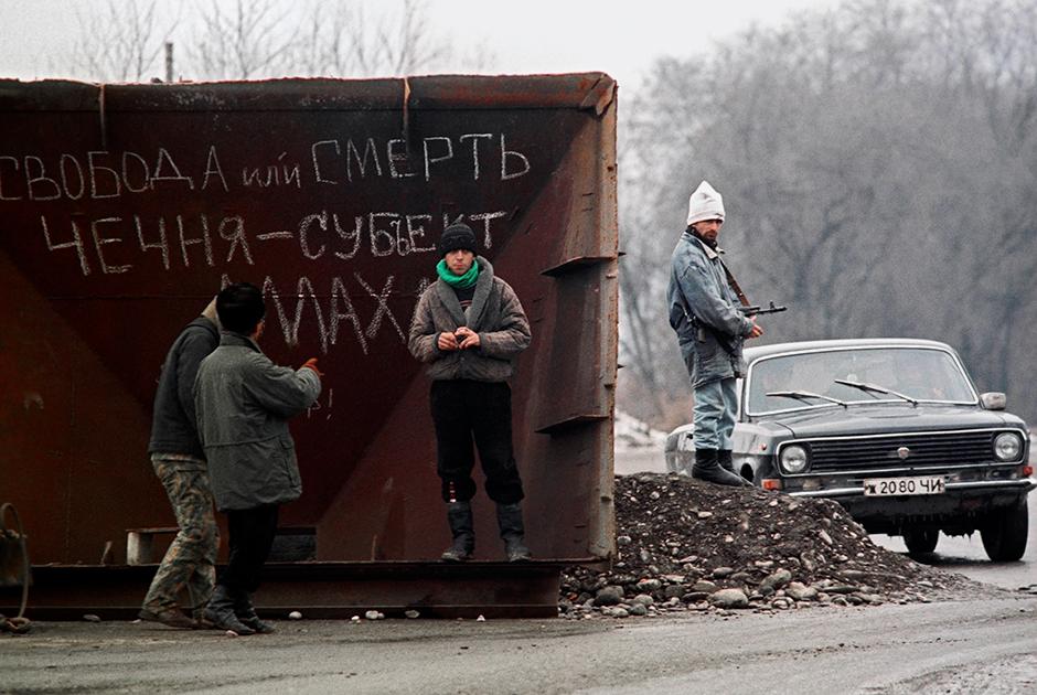 Жители Грозного на улице города в декабре 1994 года