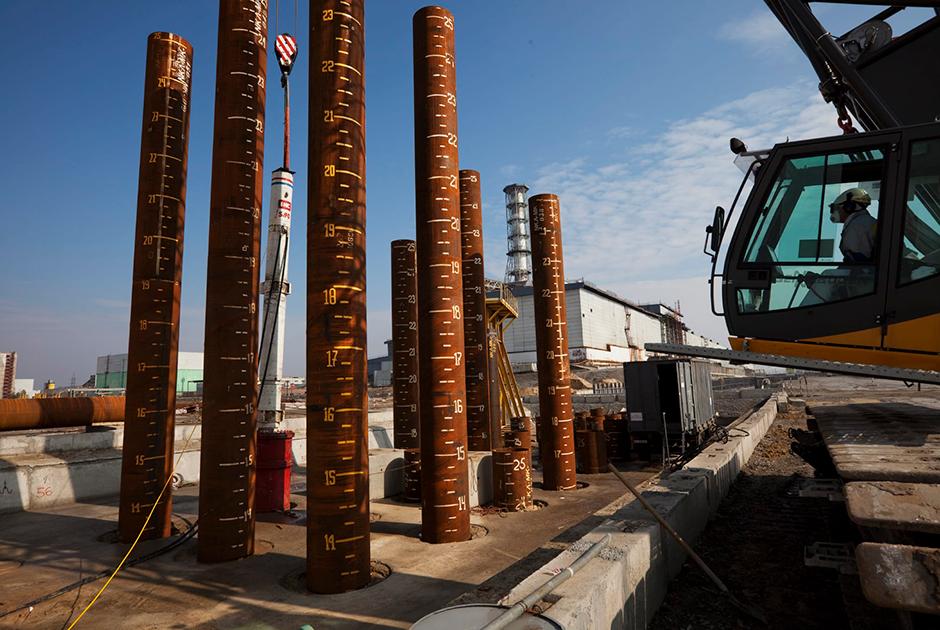 Старый саркофаг «Укрытие» задумывался как временное средство: он был дырявым и ненадежным. В 2012 году, после многолетних переговоров, было начато строительство НБК — стальной арки весом 29 тысяч тонн, 105 метров в высоту и 257 метров в длину. Опорой ей служат 396 гигантских металлических свай, забитых на глубину 25 метров под землю.  <br><br> Строительство такой сложной конструкции обошлось в 1,5 миллиарда евро, которые собрало международное сообщество. В июле 2019 года новый саркофаг  был введен в строй.