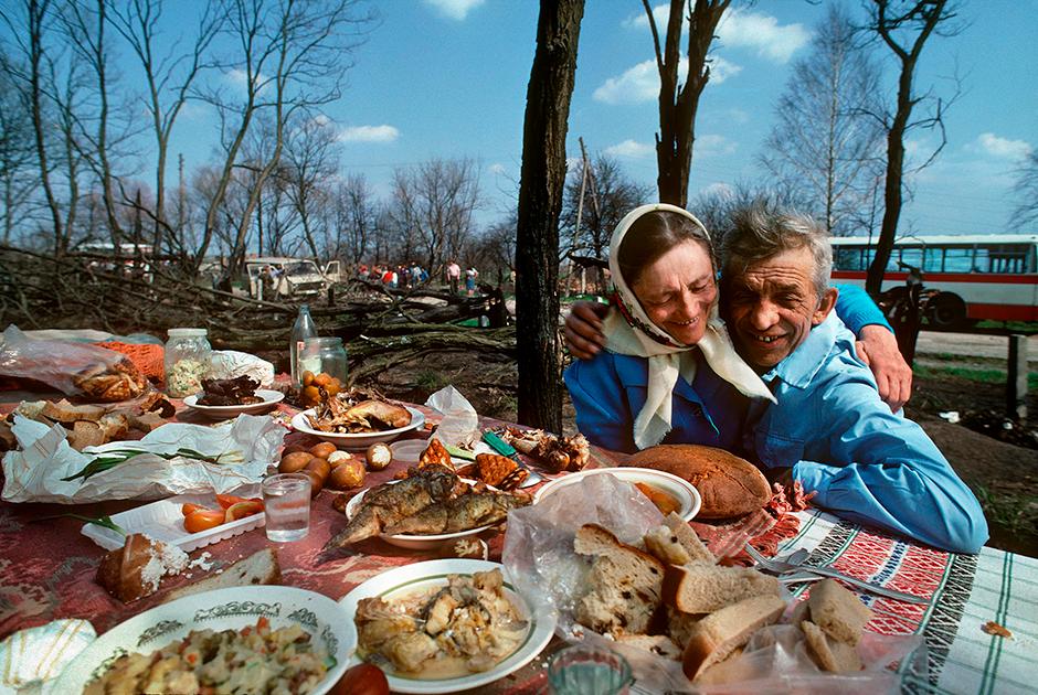 Радоница — девятый день после Пасхи — на Украине называется Гробки. По традиции, православные всего бывшего Советского Союза в этот день стекаются на кладбища— помянуть умерших близких, выпить и закусить. В зоне отчуждения это единственный день в году, когда бывших жителей этих мест привозят целыми автобусами, и они могут посетить свои старые дома.