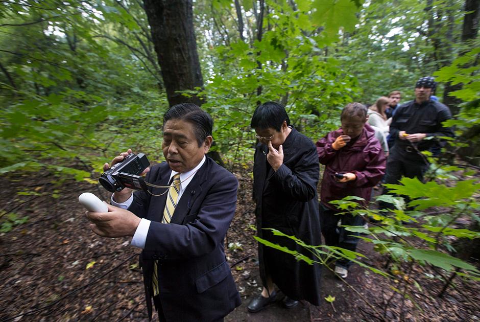 В 1990-е годы, когда уровень радиации на прилегающих к станции территориях упал, в Припять и окрестности хлынул поток туристов. Среди желавших увидеть последствия катастрофы своими глазами были и японцы. Многие приехали из региона Фукусимы, где в 2011 году произошла крупная радиационная авария. У большинства в руках — дозиметры.