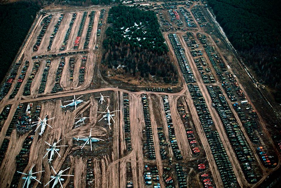 Тысячи зараженных транспортных средств, таких как вертолеты, грузовики, бронетранспортеры и бульдозеры, использовавшиеся в ходе зачистки, ожидают дезактивации на кладбищах радиоактивной техники в зоне отчуждения.