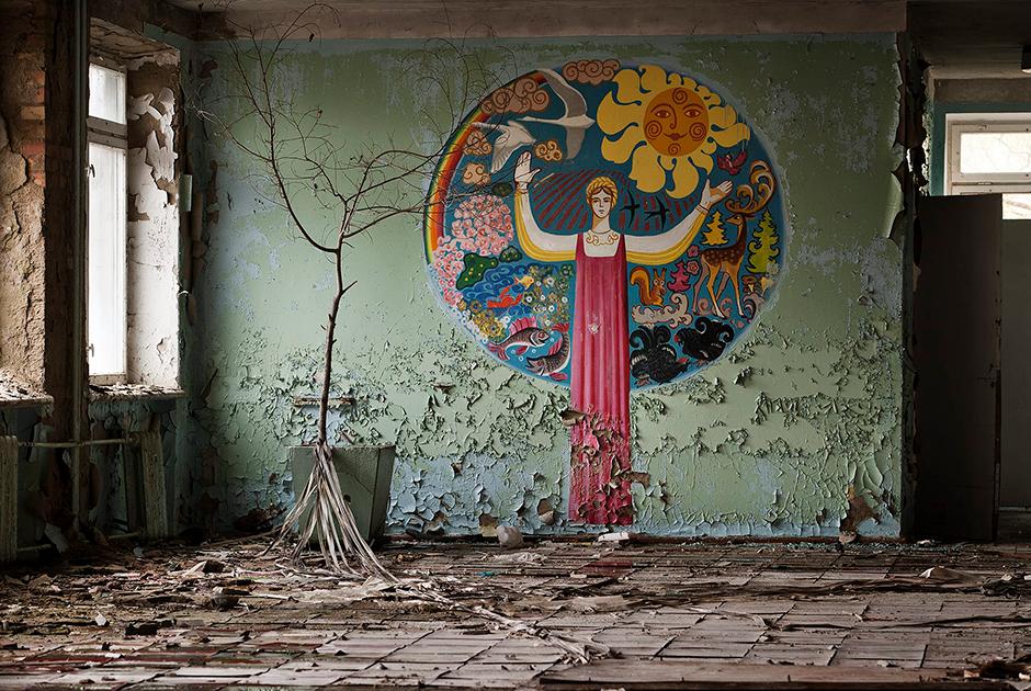 Годы спустя после аварии пустые школы и детские сады Припяти служат безмолвным свидетельством внезапного трагического исхода. Здание школы уже частично обрушилось. Припять с 50 тысячами жителей была крупнейшим городом в зоне отчуждения.