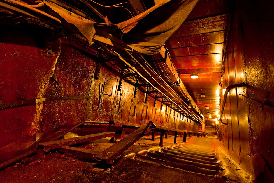 В отсек, расположенный под расплавленным ядром реактора, пускали на несколько минут. Раньше рабочие были вынуждены спускаться сюда. Чтобы сократить время пребывания в опасной зоне, здесь соорудили наклонную лестницу. <br><br> Людвиг признался, что во время работы в зараженных радиацией помещениях адреналин у него зашкаливал. «Фотографируя, я должен был уворачиваться от фонтанов искр, бьющих от сверл. Я силился сохранить концентрацию, работать эффективно и быстро, но без спешки», — вспоминал он.