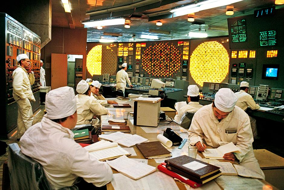 Третий энергоблок ЧАЭС, последний из действующих, проработал до 15 декабря 2000 года. Такой же пульт управления был и на четвертом реакторе, где небрежность, допущенная при проведении испытаний, повлекла за собой взрыв и расплавление ядра реактора.